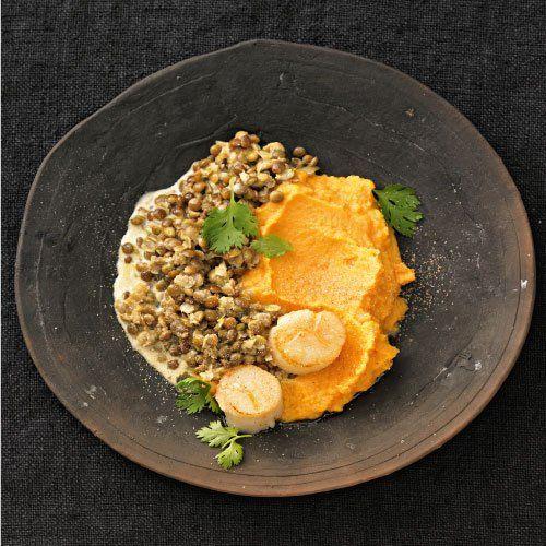 """Süßkartoffelpüree mit Sahnelinsen In der orientalischen Küche haben Linsen einen festen Platz. Kein Wunder: Mit Raz el Hanout, Ingwer, Chili und Koriander vertragen sie sich bestens - dieses Rezept beweist es. Und mit dem Süßkartoffelpüree haben die Sahnelinsen eine goldgelb-cremige Begleitung. <a href=""""/rezepte/rezepte/suesskartoffelpueree-mit-sahnelinsen"""">Zum Rezept: Süßkartoffelpüree mit Sahnelinsen</a>"""