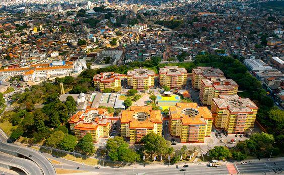 IAPI.jpg O Conjunto IAPI é tombado ou não? O Projeto é de Oscar Niemeyer?  Localizado no antigo Bairro São Cristóvão, o Conjunto IAPI começou a ser construído em 1944, em um terreno cedido pela Prefeitura de Belo Horizonte. Primeiro conjunto popular da capital, o Residencial São Cristóvão, mais conhecido como IAPI (Instituto de Aposentadoria e Pensão dos Industriários) foi inaugurado em 1948, com nove prédios onde moram atualmente cinco mil pessoas em 928 apartamentos.