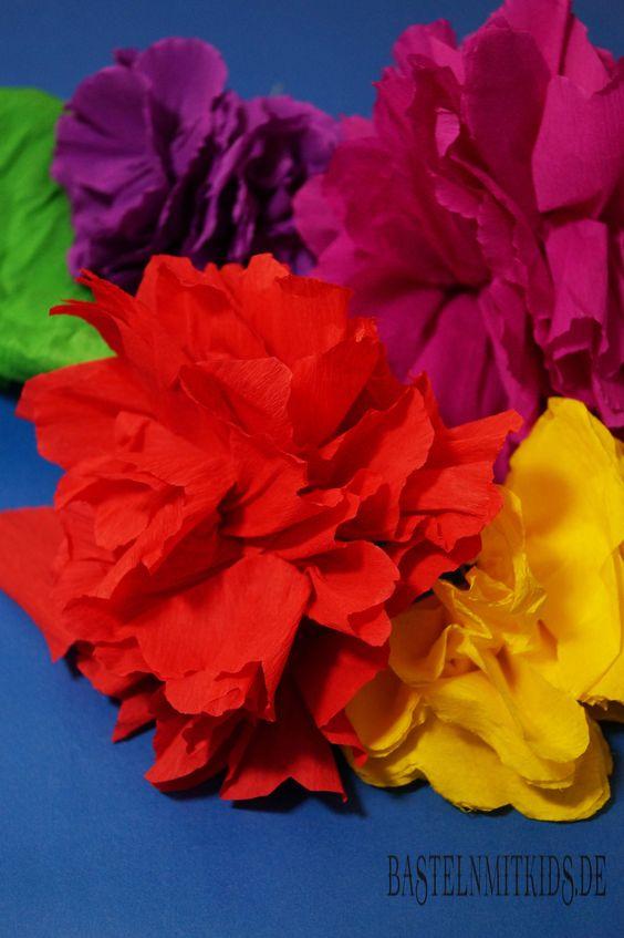 Papierblumen einfach selber basteln. Ihr braucht nur etwas Krepppapier, einen Draht und eine Schere - auch für Kinder geeignet.