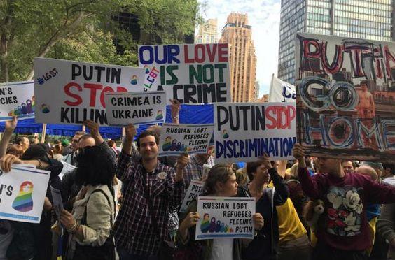 Кремлёвского автократа Путина в Нью-Йорке встретили флагами Украины и требованием его судить (фото) -
