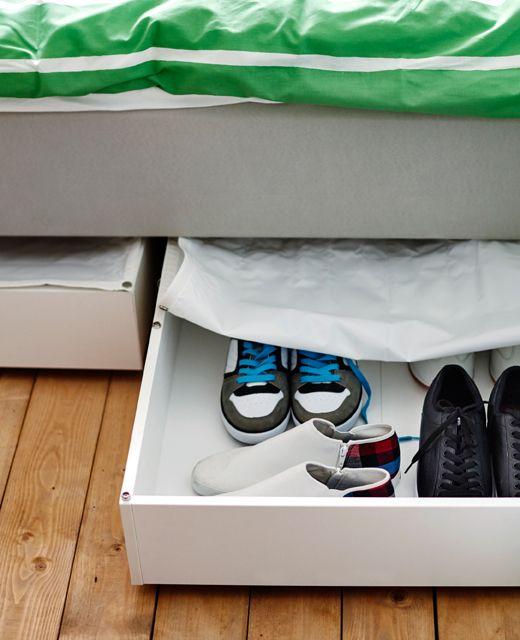 VARDÖ Bettkasten in Weiß versteckt die Schuhkollektion.