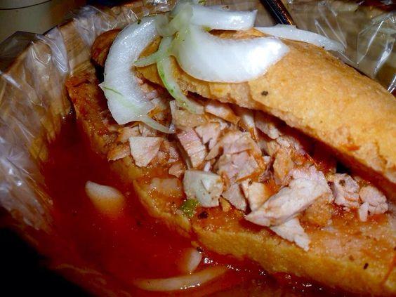 """Dish.0022 """"Torta Ahogada""""「トルタ・アオガーダ」。メキシコ第2の都市であり、テキーラの故郷でもあるグアダラハラ。郊外にはテキーラと呼ばれる村があり、周辺には原料のアガベ(竜舌蘭)の畑が広がっている。そんなグアダラハラの名物がトルタ・アオガーダ。バゲットの中に鶏肉や玉ねぎを挟んだサンドイッチだが、…"""