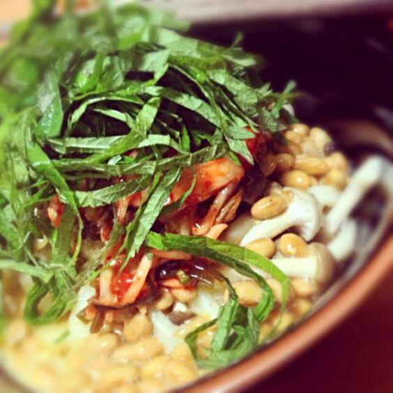 もう消費期限がアヤシイ納豆を使って〜❤ うどん、納豆、タマゴに大葉、そしてキムチ!意外にうま〜い✨✨✨ - 24件のもぐもぐ - 真夜中の夜食 by シーチキン