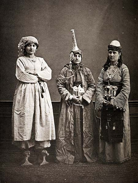 "Tantour Head Dress  ""Urban woman, Druze woman and peasant woman from Damascus. Photo by Sebah, 1873""  Poemas del río Wang: Tantour"