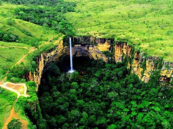 Parque Nacional da Chapada dos Guimarães, em Mato Grosso,  a Cachoeira Véu da Noiva tem 86 metros de altura e é formada pela queda do rio Coxipó. Para apreciá-la, a maneira mais fácil é por meio de um mirante que fica próximo à entrada do parque.