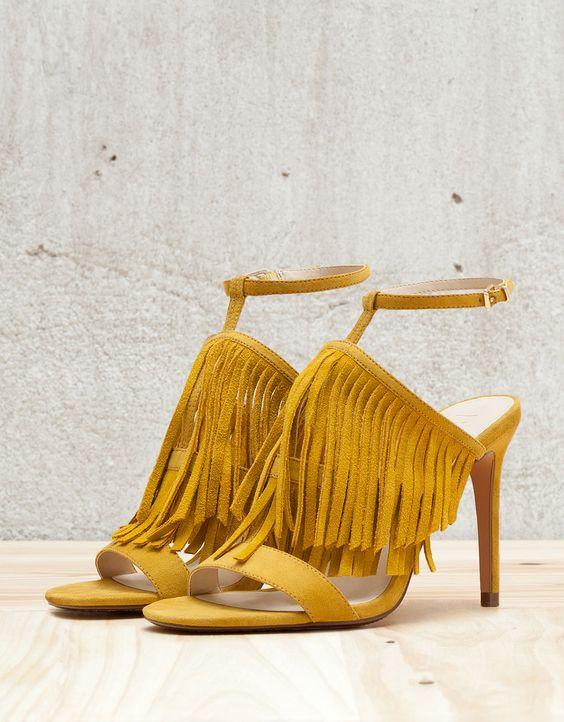 Sandales à talons fins avec franges. Découvrez cet article et beaucoup plus sur Bershka, nouveaux produits chaque semaine.