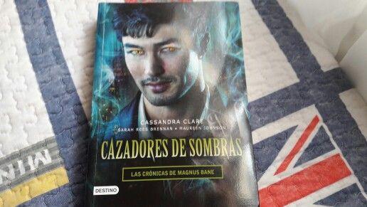"""Cazadores de Sombras: Las Crónicas de Magnus Bane"" escrito por Cassandra Clare, Sarah Rees Brennan y Maureen Johnson.:"