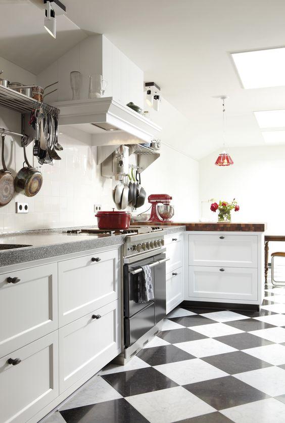 Klassieke zwart wit tegels in de keuken. een mooie witte ...