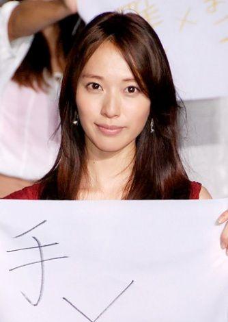 紙をもつ戸田恵梨香さん