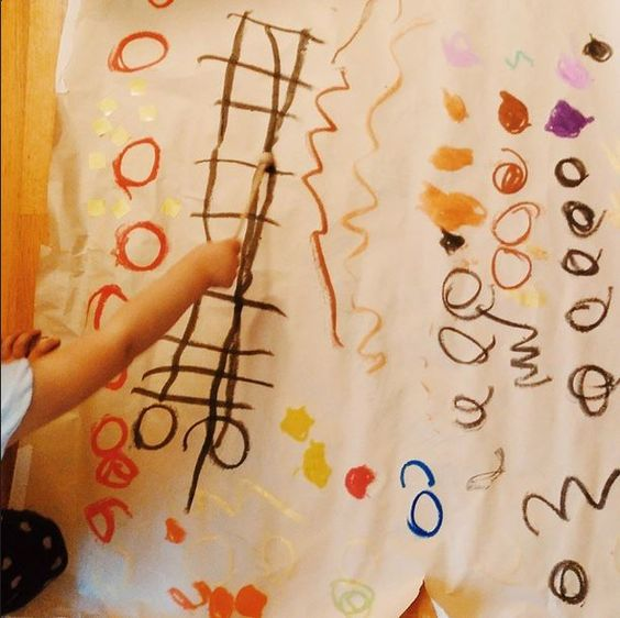 """Cada mañana y cada tarde mi hija va a su rincón de """"arte"""", saca el material que necesita en su momento, crea, disfruta y nos lo explica. Las necesidades de los niños son así, lo interesante es ponerles material variado a su disposición y dejar que esa necesidad se canalice.... porque para ellos #jugaresesencial y no necesitan millones de cosas y a veces tampoco demasiado tiempo. #creatividad #niñoscreativos2015 #juegosdesiempre"""
