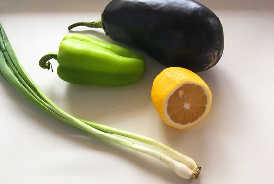 Свежие овощи и зелень для приготовления блюда из тунца. Фото: Evgenia Shveda