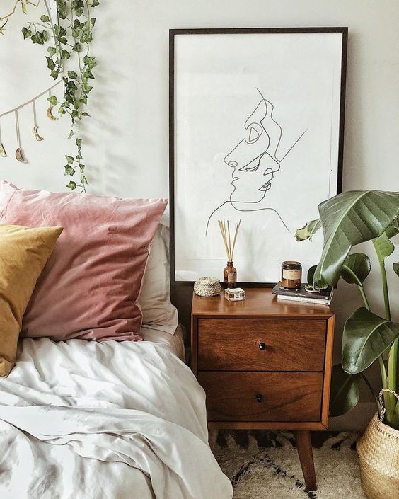 quadro P&B + criado-mudo de madeira + plantas #decor #quarto #bedroom