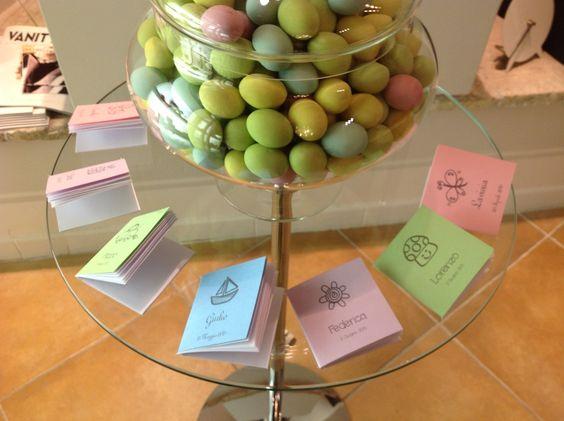 confetti colorati e bomboniere per la nascita