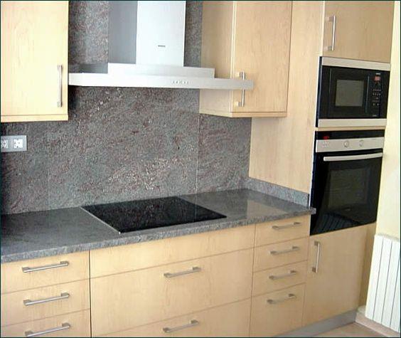 de cocina, encimera en granito sobre muebles con frentes en madera