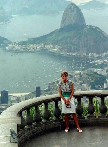 Carto-postal Lady Di posa no Cristo Redentor durante sua visita ao Rio em 1991
