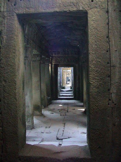 Con đường có hai bên là tường đá ở phía trong của tòa thư viện đền Preah Khan