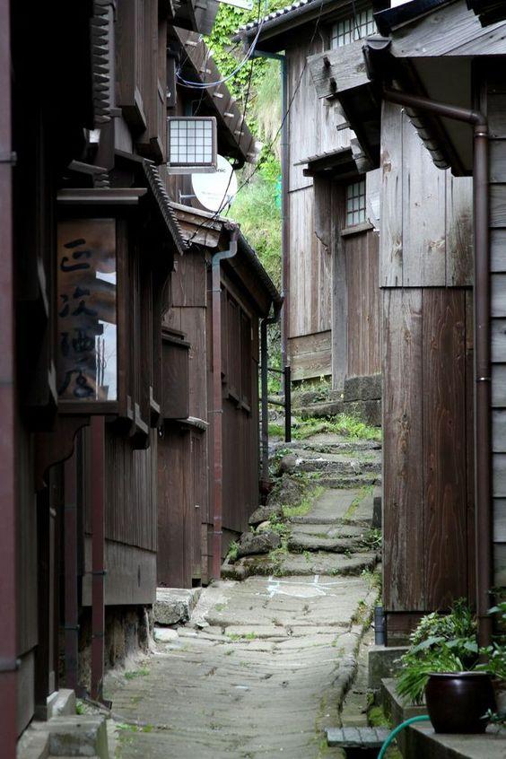 木造のわびさびある路地裏
