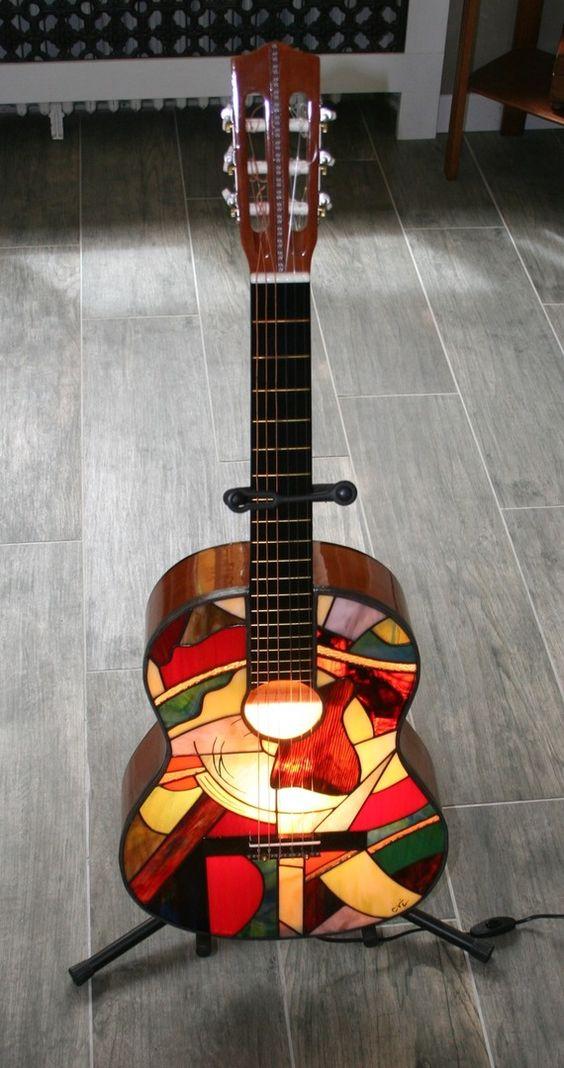 Lampe lampadaire applique guitare en vitrail tiffany for Decoration murale guitare