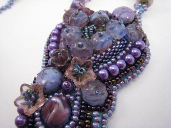 Perlengefädelte Halskette mit Anhänger Perlenstickerei von BeadFizz