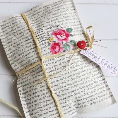 Jornal colado em forma de envelope com enfeite de flor
