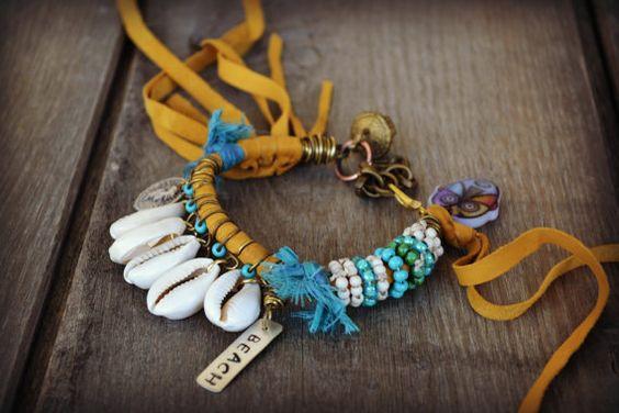 Beach bracelet leather fringe w turquoise Cowrie por BeadStonenSkin
