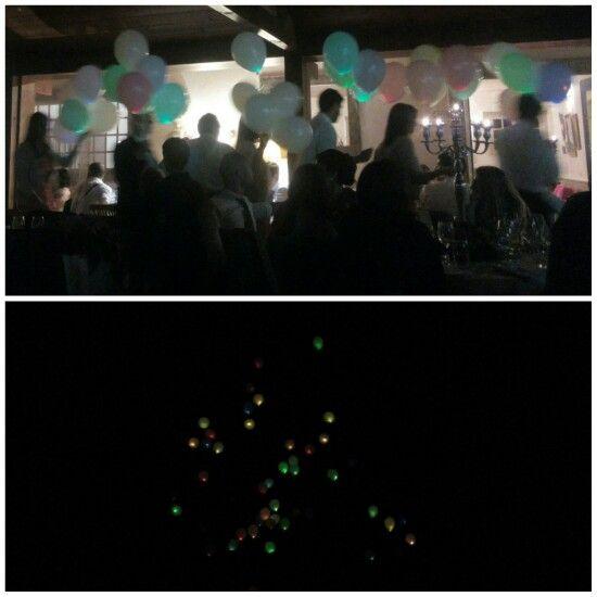Balões coloridos com LED lançados no fim da noite