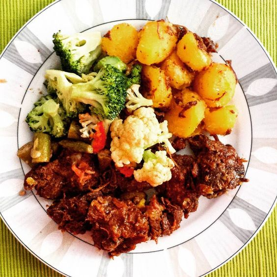 Hoje o #almoço foi delicioso - não foi #lowcarb mas foi super #paleo!  Tudo porque hoje foi dia de #treino - e ocasionalmente pode ser interessante elevar os carboidratos (devido a efeitos hormonais como a elevação da leptina por exemplo). De todo modo o almoço de hoje foi: acém mandioquinha quiabo brócolis... e salada a parte que não coube na foto!  O que só vai para mostrar que mesmo que você deseje aumentar os #carboidratos não há necessidade nenhuma de se entupir de açúcar e farinhas…