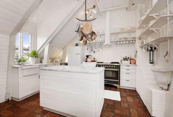 weiße-shabby-chic-küche-dachschräge-bietet-viel-Stauraum - kleine küche dachschräge