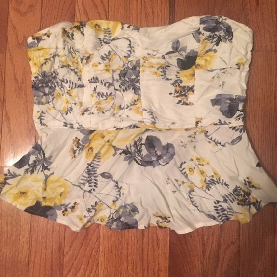 Floral peplum top Slightly cropped floral peplum top. White and yellow with grey. Side zipper. Fits adorable, goes with a skirt, skinny jeans, or trendy with flares Forever 21 Tops