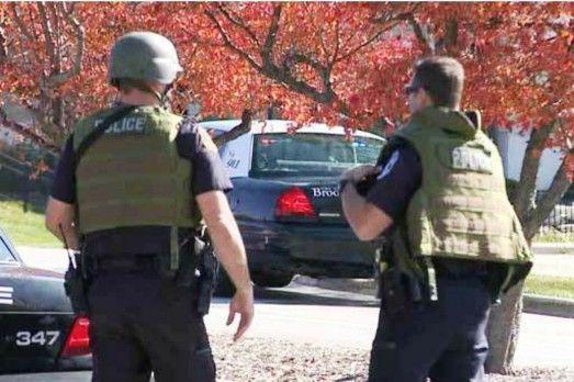 Oficiales responden a la balacera en una spa en Brookfield, Wisconsin. CHICAGO TRIBUNE