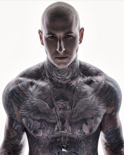 Pin Von Pistoleros Auf Tattoos Tattoo Hals Hals Tattoo Mann Brusttattoos Fur Manner