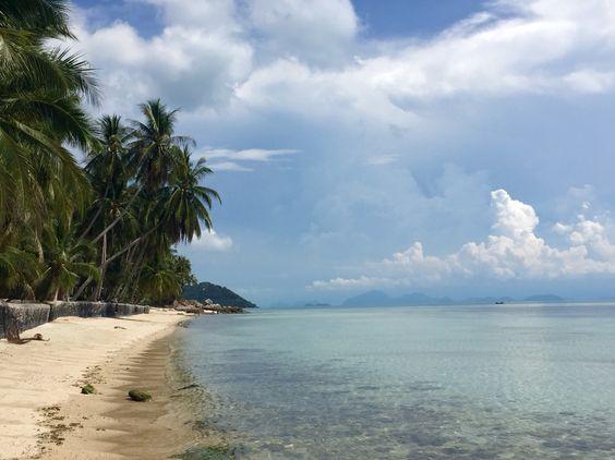 Verlassener Strand auf Koh Samui in Thailand... Türkises Meer, Palmen & ein unendlicher Blick.
