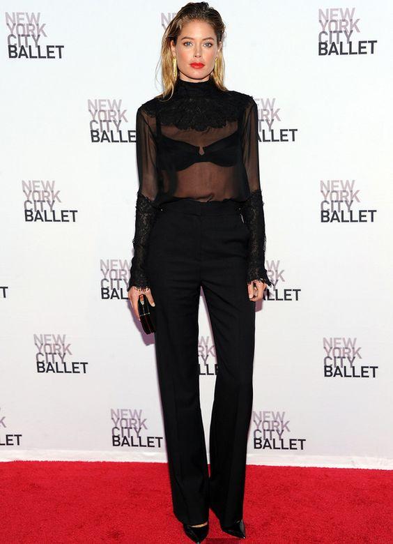 De lo más sexy vimos a la modelo Doutzen Kroes con un total look en negro con camisa transparente y unos pendientes en cascada en dorado.
