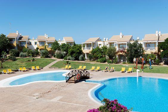 Los apartamentos y nuestra piscina