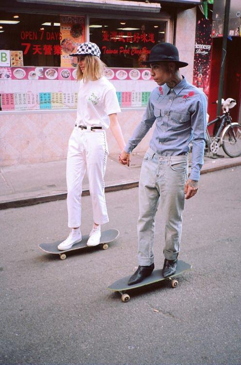 恋人とスケートボード