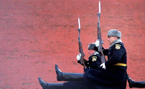 Soldados russos marcham durante a mudança de guarda em Moscou