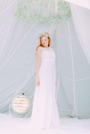 noni federleicht- schlichtes vintage Brautkleid mit Spitze und Schleppe, Blumenkranz aus Schleierkraut (www.noni-mode.de - Foto: Le Hai Linh)
