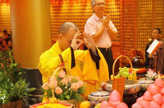 Nghi thức kính mừng Phật đản tổ chức trang nghiêm