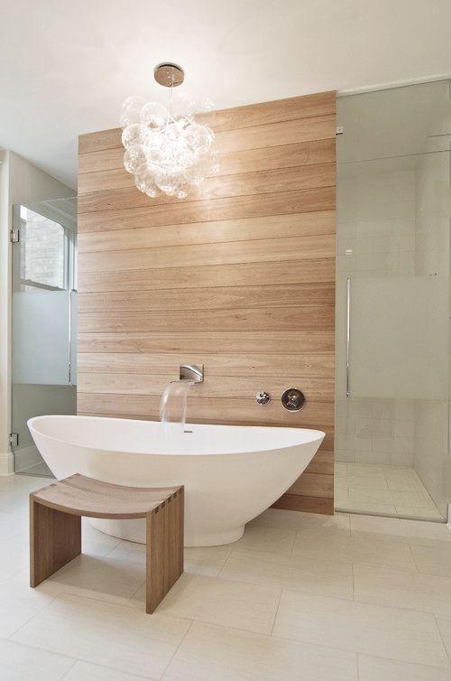 Badezimmer mit freistehender Badewanne, Vorwand Dusche mit Fliesen in Holzoptik. Luminaires design www.spot-lumiere-led.com