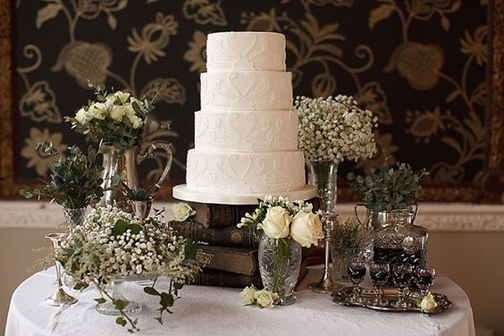 Love the simplicity of the cake