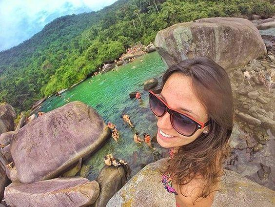 Cachadaço, Trindade RJ Uma piscina natural protegida por enormes pedras vulcânicas, tem águas claras, tranquilas e cheio de peixes, ideal para relaxar e se divertir sem preocupação.  Da pra chegar por trilha que dura cerca de 30 minutos, ou também de barco