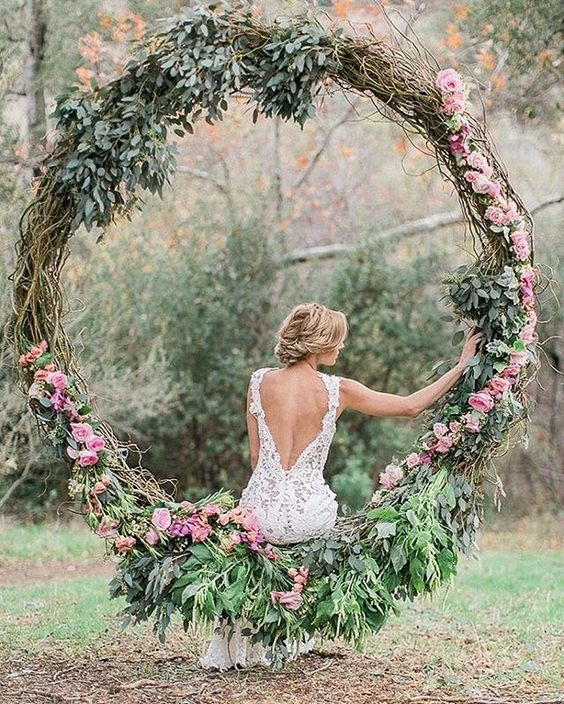Imagine a circular #floral swing as part of your wedding day design? This #decor detail would have your guests lining up for a photo op! #repost @raycepr