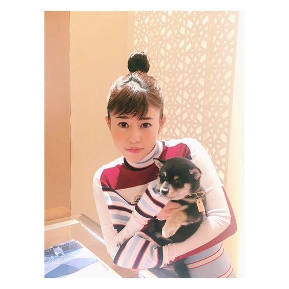 犬を抱っこする高畑充希さん。