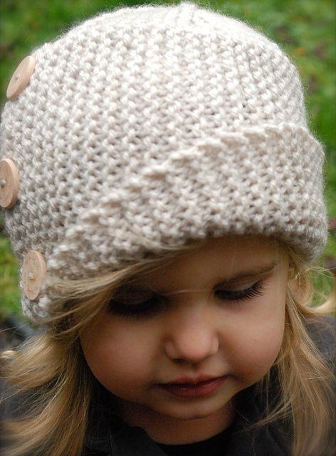 Joli bonnet en laine asymétrique avec boutons                                                                                                                                                                                 Plus: