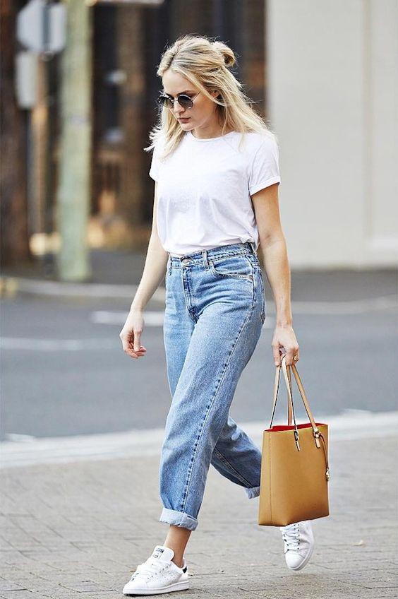 Le bon look avec des Stan Smith blanches et bleues : jean mom taille haute, t-shirt blanc et grand sac camel.: