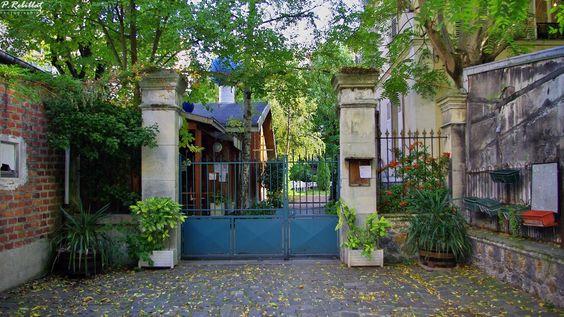 Paris, dans une jolie arrière cour arborée de la rue Lecourbe (XV), bien cachée de la vie trépidante se dresse la petite église orthodoxe russe Saint-Séraphin-de-Sarov
