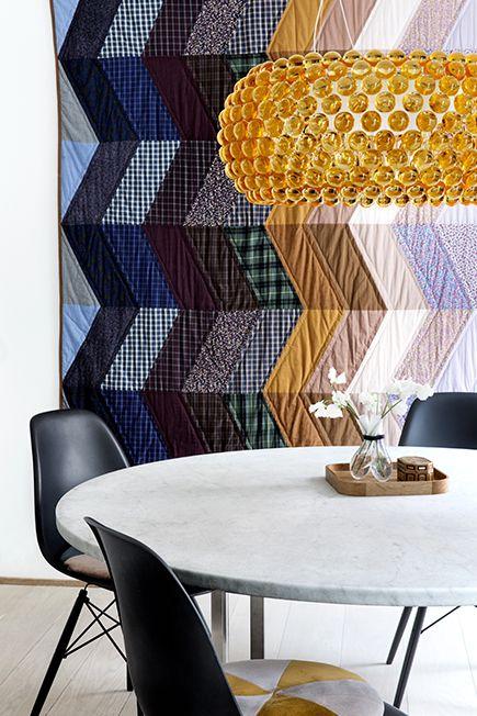 Poul Kjærholms runde marmor spisebord (PK54) tilsat sorte Eames ...