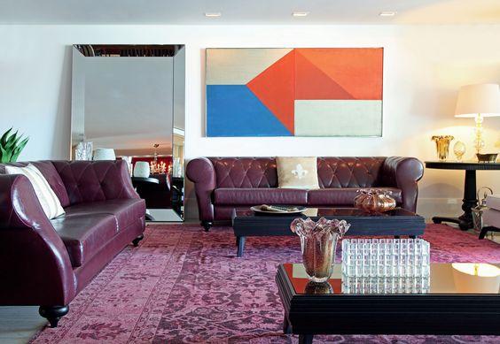 Em Vitória, o amplo apartamento explora as cores quentes, em total sinergia com os ambientes sociais – uma ode aos estilos clássico e contemporâneo. Projeto Sergio Paulo Rabello.