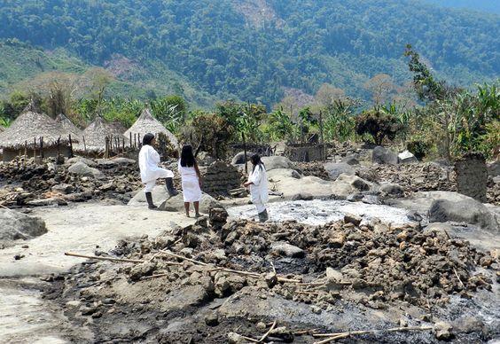 Koguis insisten en que sus casas fueron quemadas por grupos ilegales. El incendio que arrasó con 33 de las 58 viviendas que conforman el caserío de Mamarongo http://bit.ly/yKWwzS