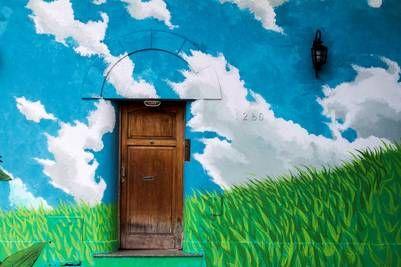 La obra de Bater, artista y curador del circuito, es una especie de puerta al cielo y quiere reflejar los espacios verdes de la zona.